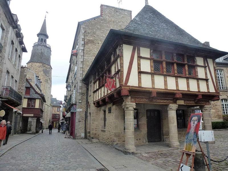 Casas típicas y Torre del Reloj al fondo en Dinan en Bretaña