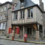 Casas de entramado de madera en Dinan en Bretaña