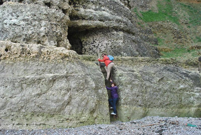 Bajando a la arena en Etretat