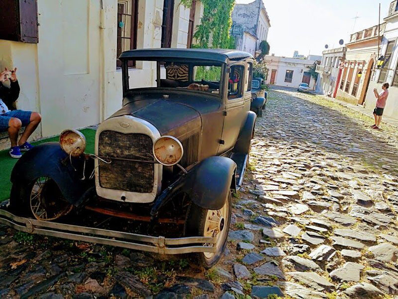 Auto en el casco antiguo de Colonia