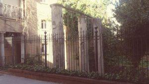Columnas en la calle Mármoles_ Restos del monumento más antiguo de Sevilla