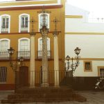 Detalle columnas con cruces de hierro forjado en Sevilla