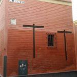 Cruces incrustadas en la pared a la entrada de la calle Cruces de Sevilla