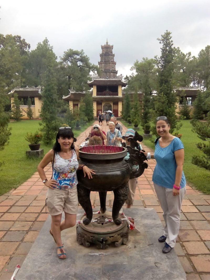 Ofrendas de incienso junto a la Pagoda de Thien Mu