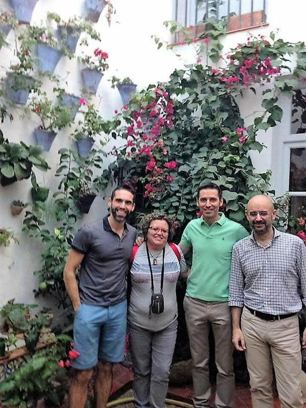 Los cuidadores del Patio Juan Rufo y los fundadores de El Viajero Accidental en el Patio Juan Rufo en Córdoba