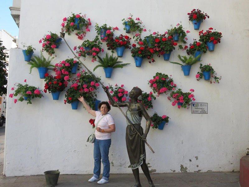 Monumento a los cuidadores de los patios de Córdoba