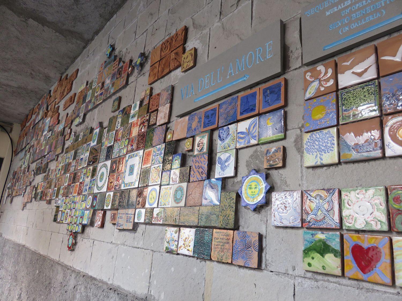 Mosaicos en túnel para peatones en estación de FFCC en Liguria