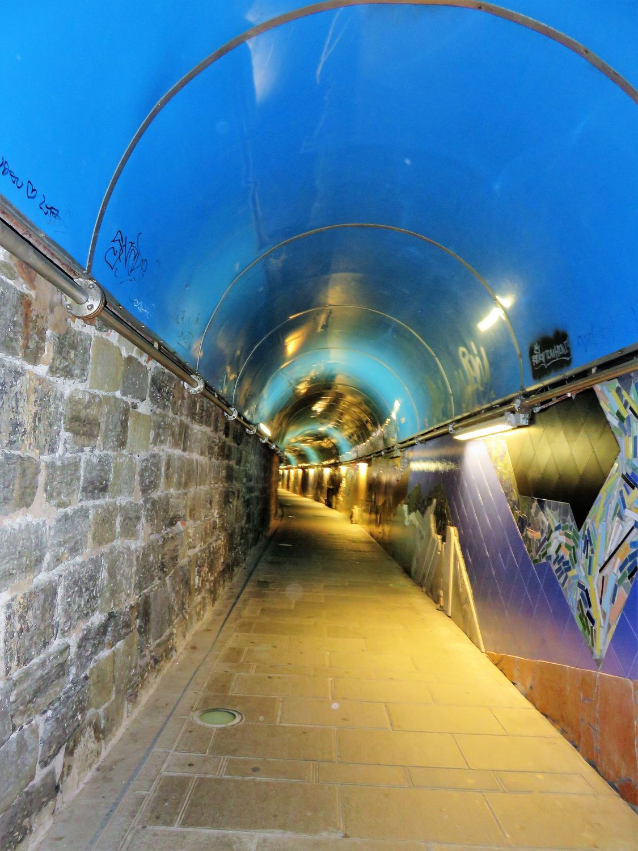 Túnel para peatones en estación de ferrocarril de Liguria