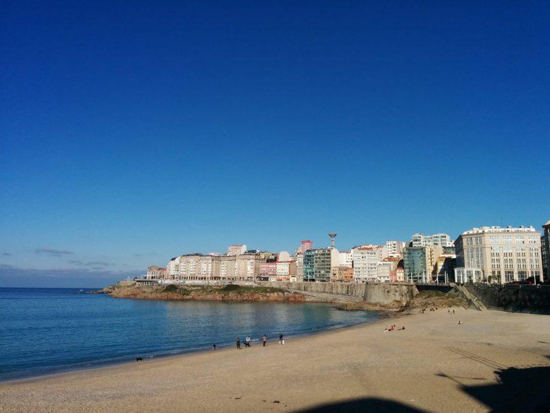 Playa del Orzán y hotel María Pita al fondo a la derecha