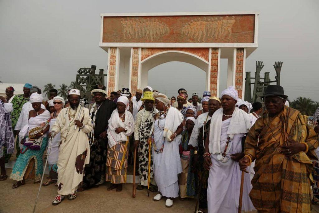 Jefes tradicionales en la puerta de no retorno de los esclavos en la playa de ouidah