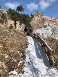 Subiendo por el sendero en Bear Butte State Park