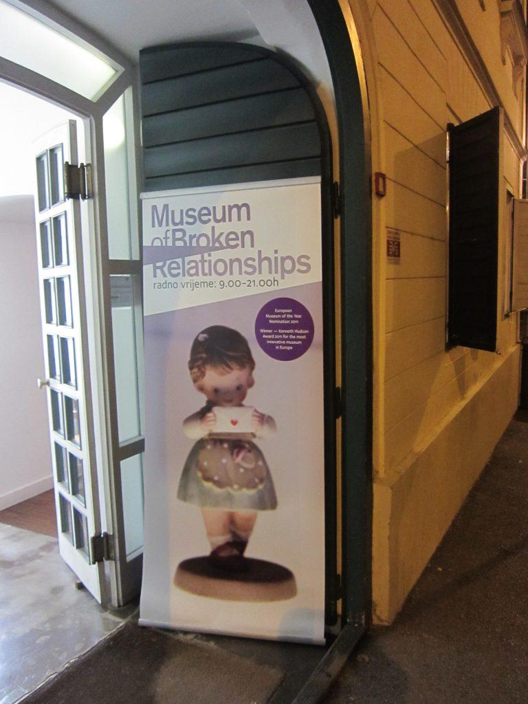 Entrada al museo de las relaciones rotas