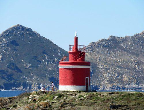Faro de Punta Robaleira en Cangas do Morrazo, el pequeño faro rojo